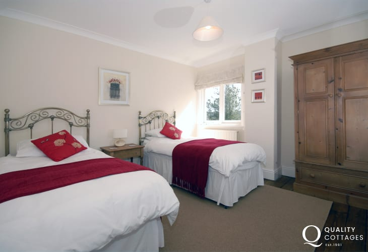 Holiday home New Quay sleeps 8 - twin bedroom