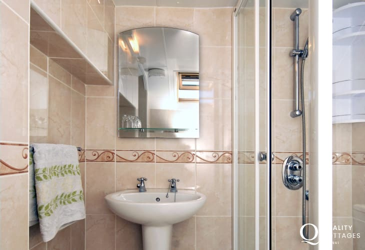 Aberaeron holiday home - master en-suite shower