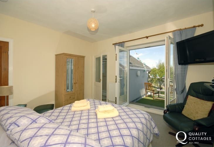 Cardigan Bay coastal holiday home - en-suite master with terrace