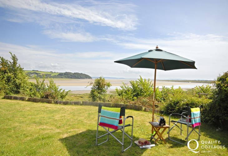 Carmarthenshire holiday home with garden and estuary views - pets welcome