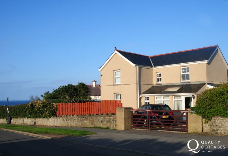 North Wales holiday cottage with parking outside hous