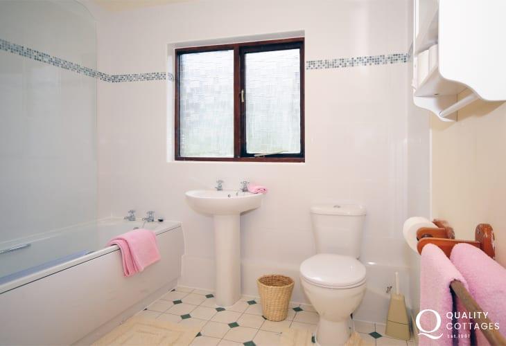 Near Dolgeddau a holiday cottage sleeping 6 - bathroom