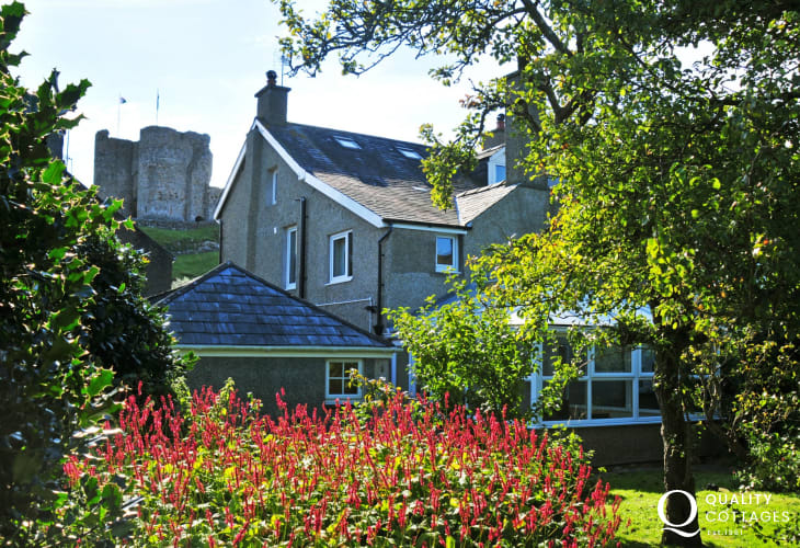 Criccieth holiday cottage with garden - exterior