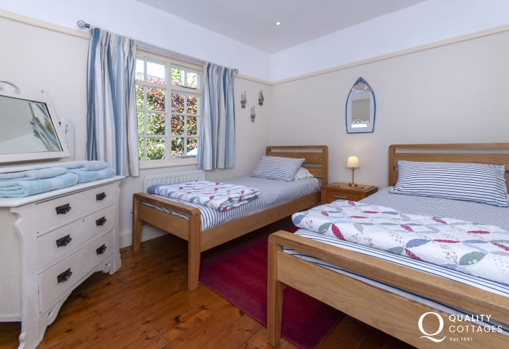 Tenby holiday home sleeps 5 - twin bedroom