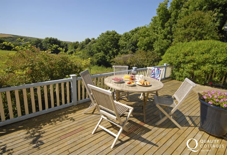 Manorbier coastal cottage with private deck area - pets welcome