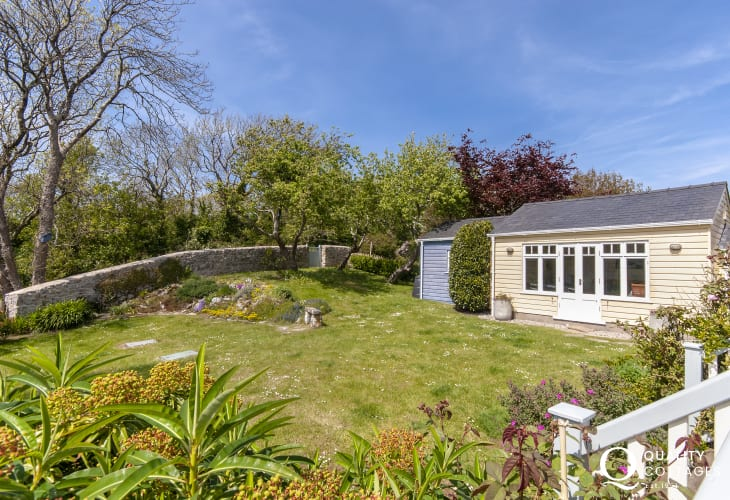 South Pembrokeshire holiday cottage with enclosed gardens - pets welcome