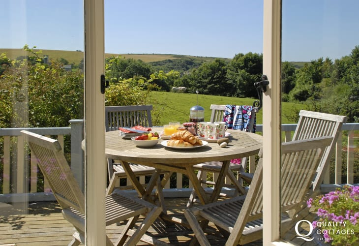 Manorbier family holiday home with coastal views from the sitting room