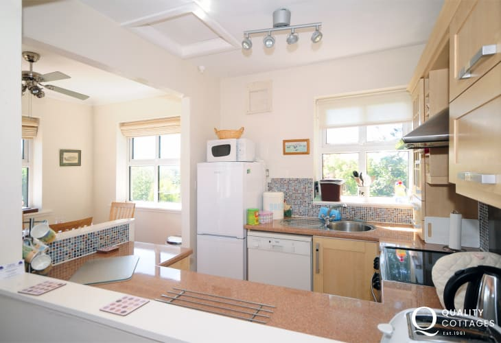 Benllech cottage holiday - kitchen