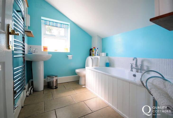 Beaumaris holiday cottage - bathroom