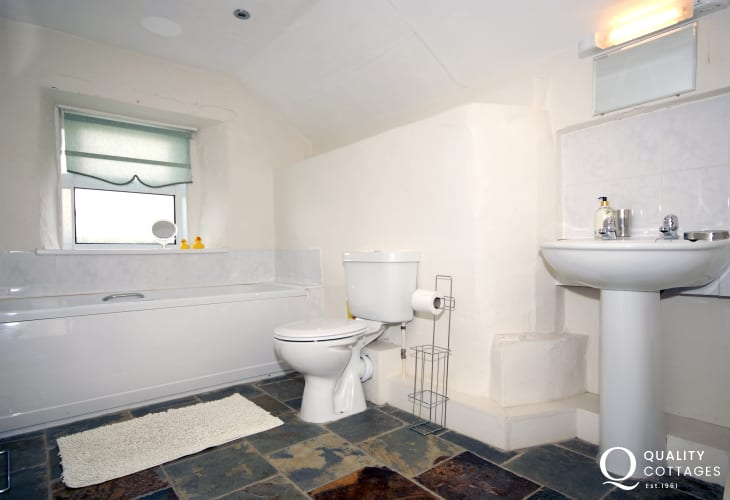 Pembrokeshire holiday cottage - ground floor family bathroom