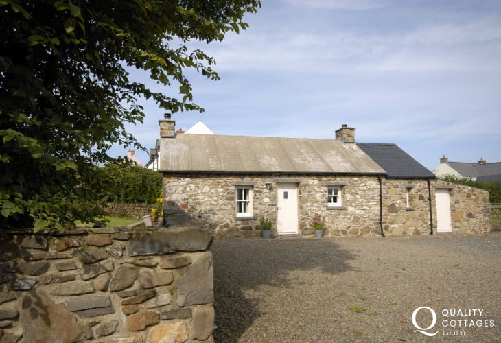 Self catering Pembrokeshire cottage with sea views - dogs welcome