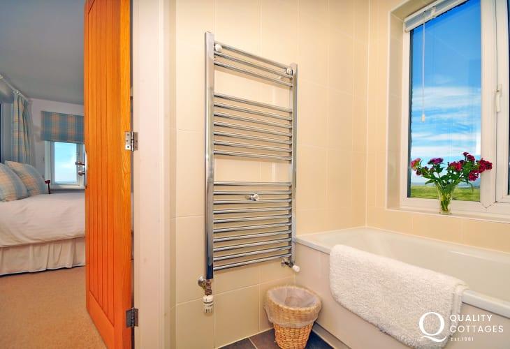 Luxury coastal cottage Wales - en-suite