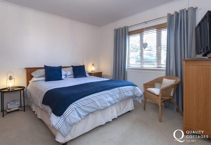 St Brides Bay Holiday house - kingsize en-suite bedroom with t.v.