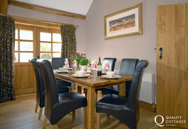Self-catering cottage Newport, Pembrokeshire - dining area