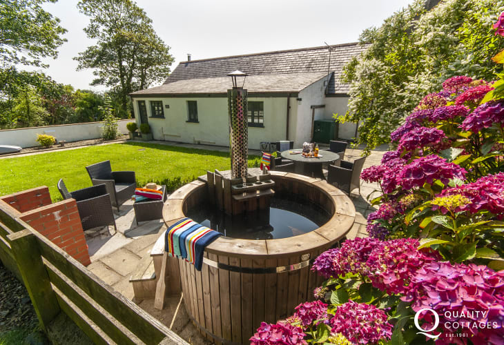 Pembrokeshire holiday cottage with log fired wooden hot tub