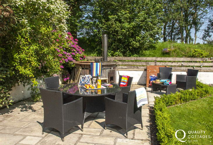 Pembrokeshire farm cottage with private patio and hot tub