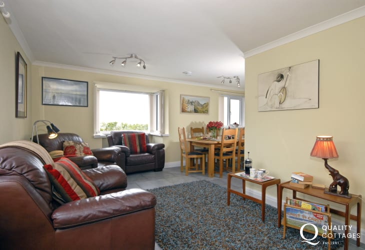 Wisemans Bridge holiday cottage - open plan living/dining room