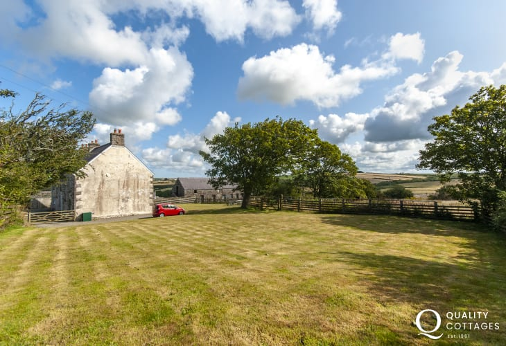 North Pembrokeshire Coast holiday farmhouse - large gardens and pets welcome