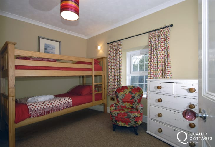 Newgale holiday farmhouse sleeps 8 - bunk bedroom with en-suite shower