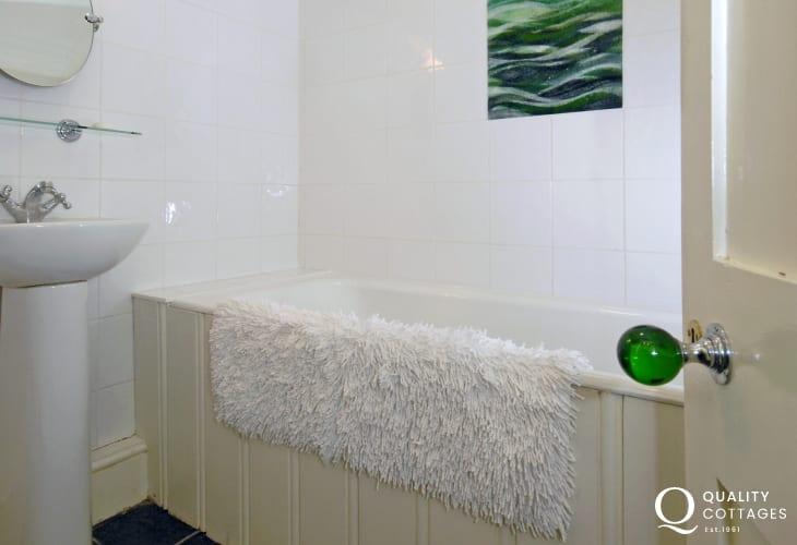 Nolton Haven holiday house - master en-suite bathroom