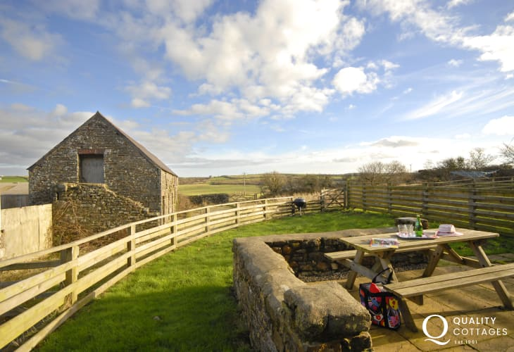 North Pembrokeshire coast holiday farmhouse - garden and pets welcome