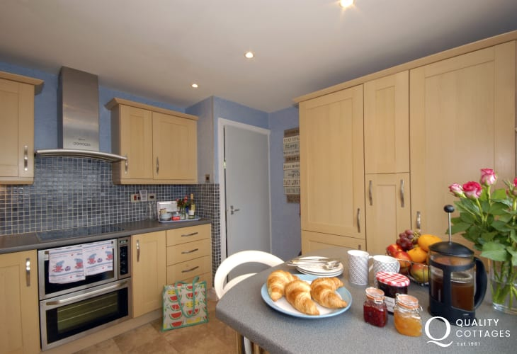 Self catering Pembrokeshire holiday cottage - well equipped kitchen with river views
