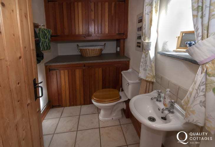 Pet friendly holiday cottage Pembrokeshire - cloakroom