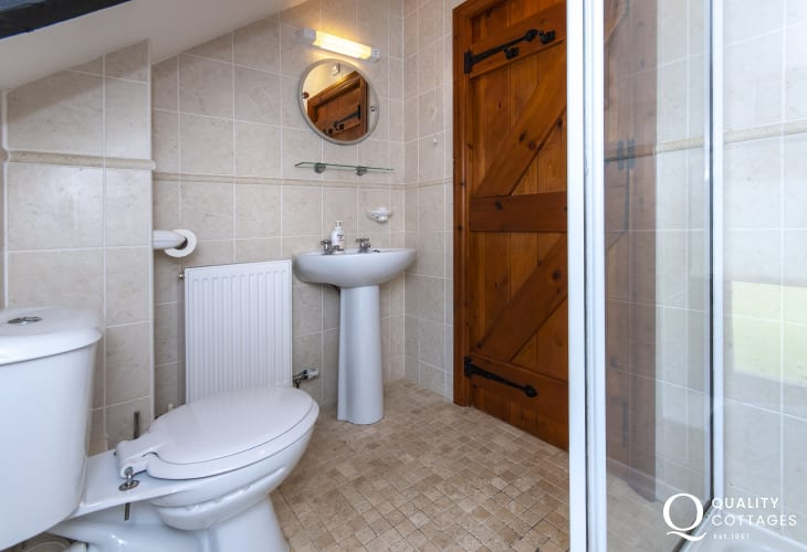 North Pembrokeshire holiday cottage - first floor shower room