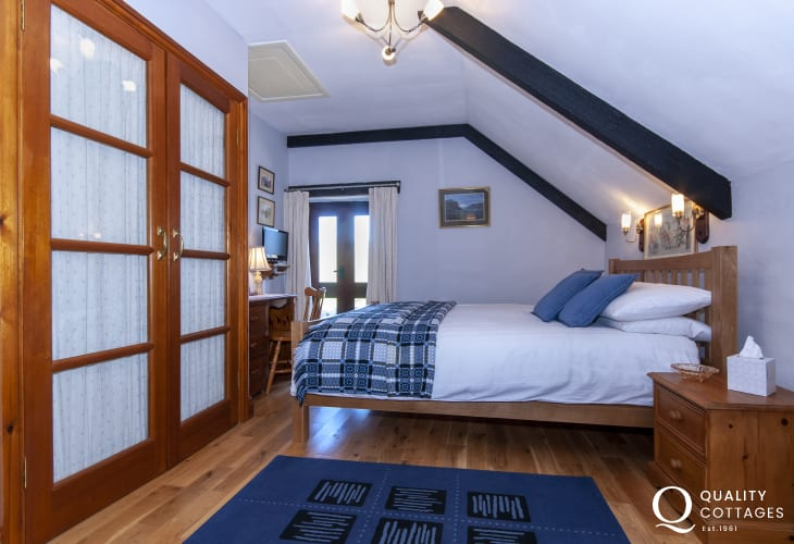 St Davids holiday cottage - master en-suite double free-view digital tv