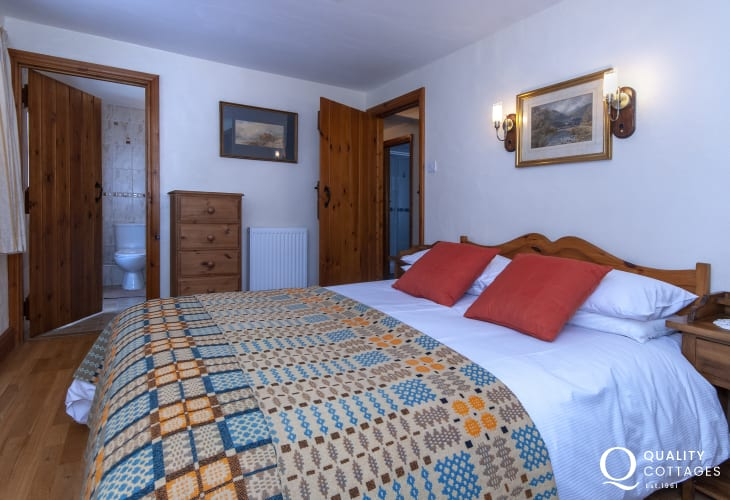 Whitesands Beach holiday cottage sleeping 8 - ground floor en-suite double with  free-view digital tv