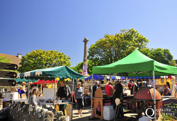 Don't miss the weekly Farmers' Market held in Cross Square every Thursday morning