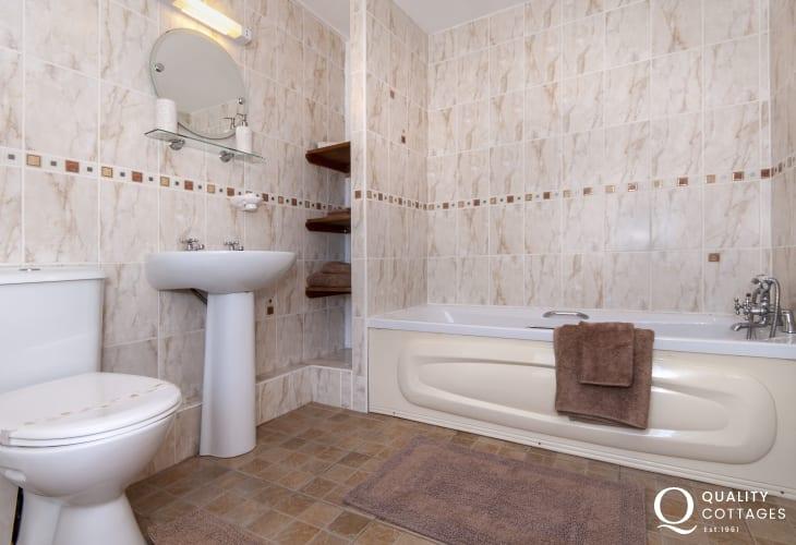 Pembrokeshire holiday cottage - ground floor double en-suite bathroom