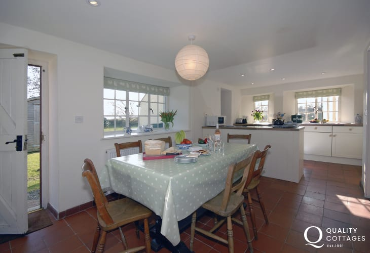 Self catering cottage near St Davids and Whitesands Beach - spacious kitchen/diner