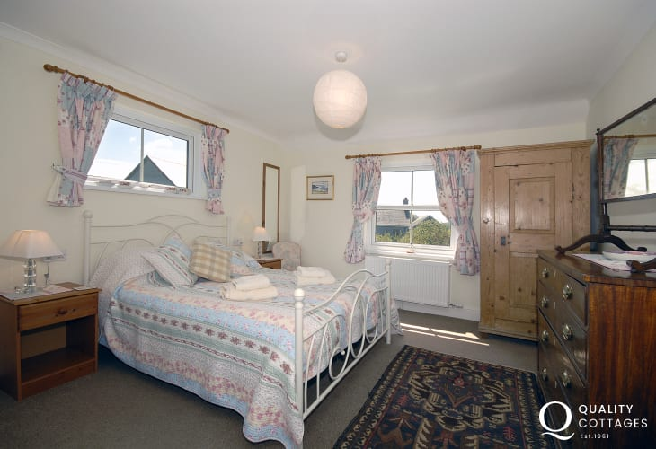 Pembrokeshire coastal holiday home - king size master en-suite