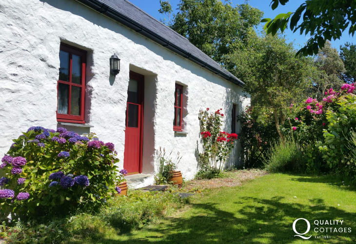 Pet friendly Pembrokeshire holiday cottage with sea views