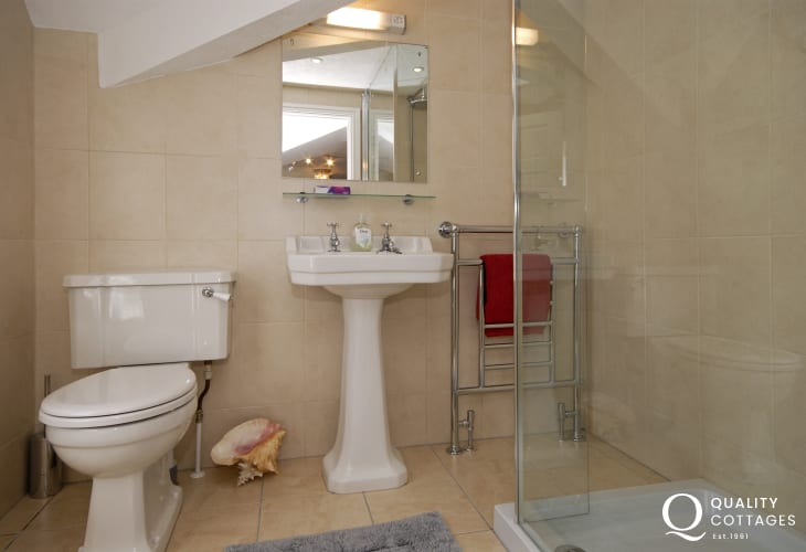 Aberaeron holiday home - master ensuite walk-in shower room