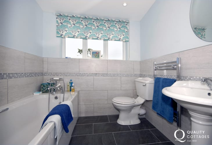 North Pembrokeshire holiday cottage - master en-suite bathroom