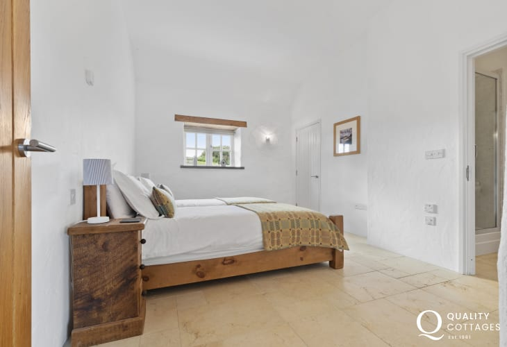 Coastal holiday home sleeps 8 - twin with en-suite shower