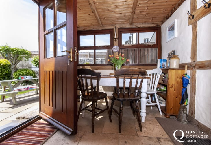 Pembroke town holiday cottage - sun room