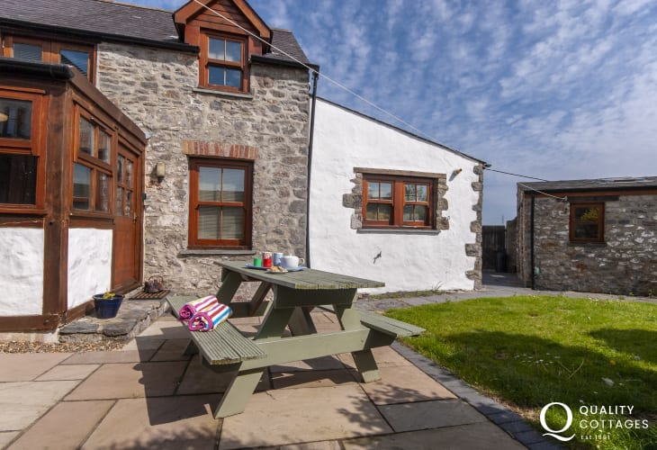 Pet friendly Pembrokeshire holiday cottage - sheltered garden