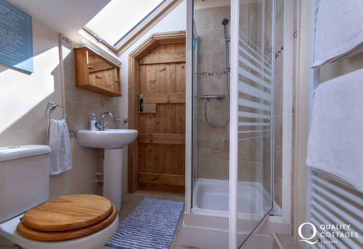 Pembrokeshire holiday cottage - shared first floor shower