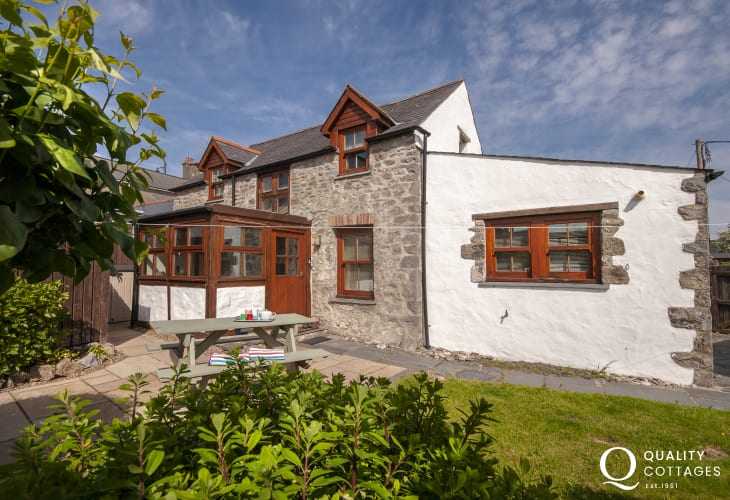 Pembrokeshire holiday cottage with enclosed gardens - pets welcome