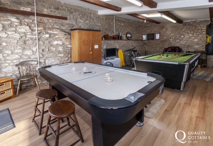 Pembroke holiday cottage with games room - pool, air hockey, punch bag, bikes and wet suits
