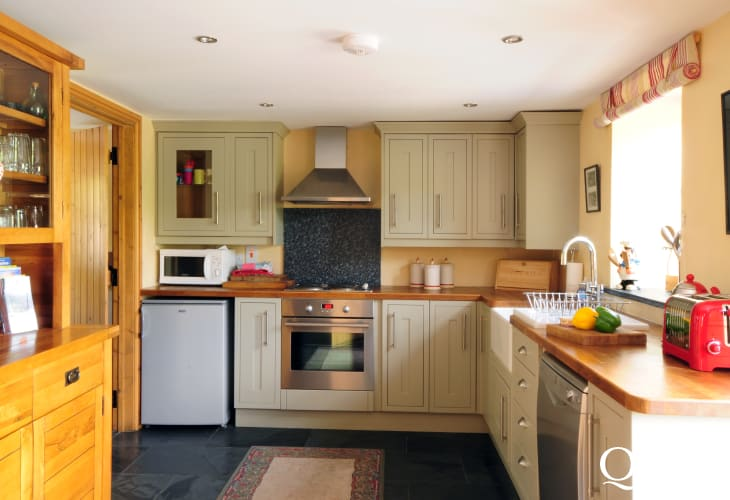 Ynyslas Nature Reserve, Borth for holidays - Oak kitchen in luxury holiday cottage