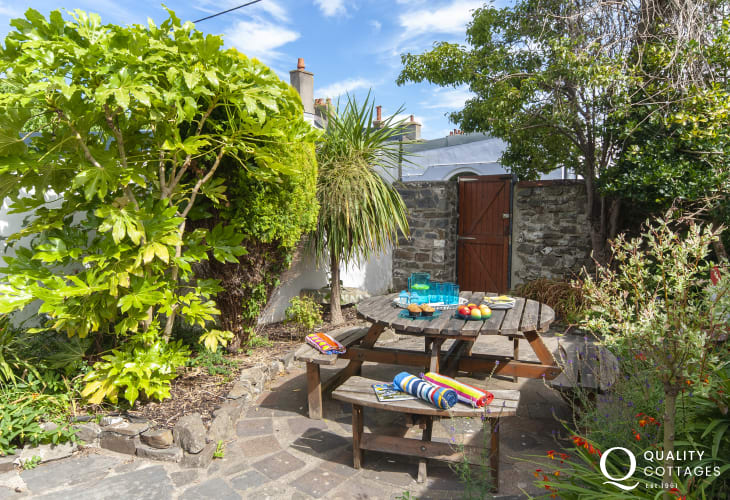 Aberaeron holiday home with enclosed rear gardens - dogs welcome