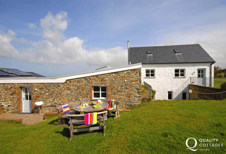 North Pembrokeshire holiday home with large private gardens - dogs welcome