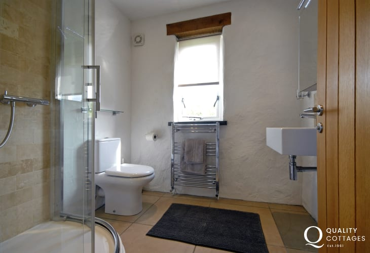 Double en-suite shower room
