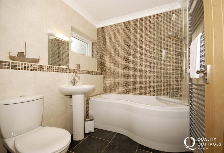 Waterfront holiday home - family bathroom