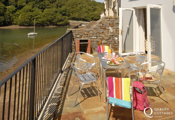 Pembrokeshire holiday home overlooking Castle Pill - terrace