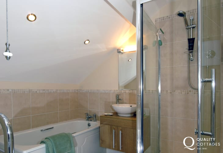 New Quay holiday home - master en-suite